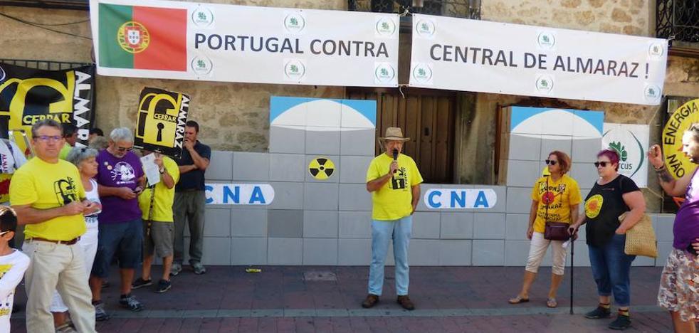 El movimiento antinuclear desmantela Almaraz de forma simbólica