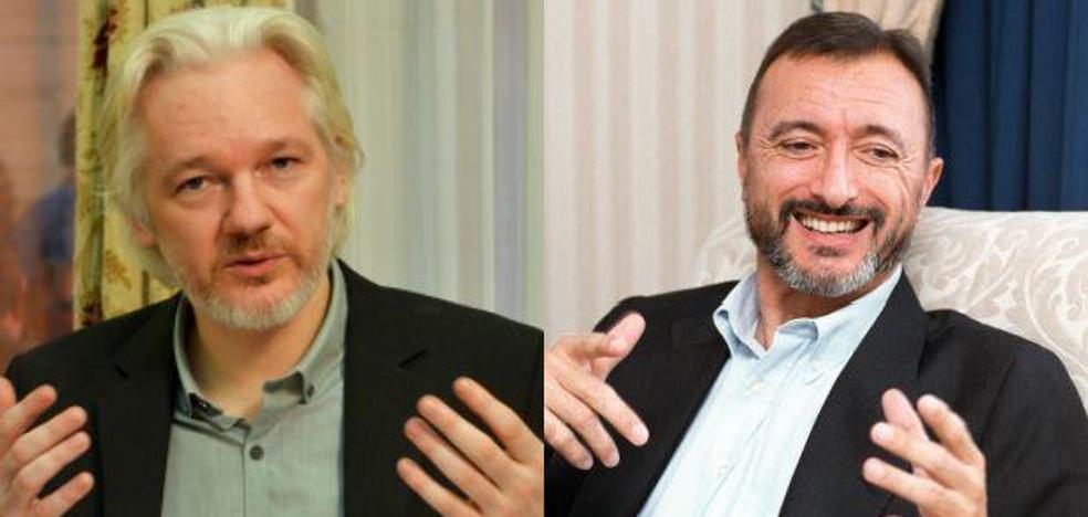 Pérez Reverte llama «perfecto idiota» a Assange en una discusión sobre Cataluña