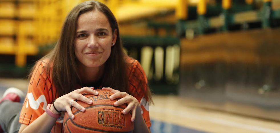 Esperanza Mendoza: «Arbitrar es igual en ACB o al lado de casa en infantiles»