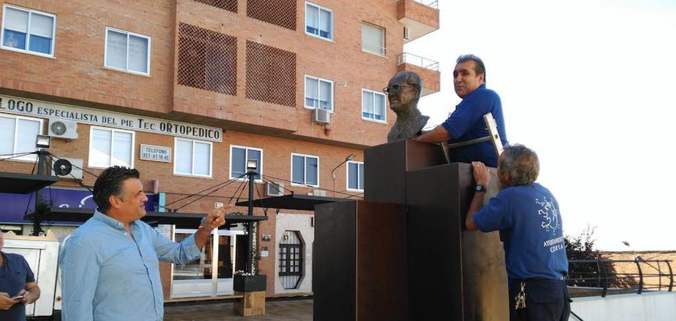 El busto del doctor Viera, de nuevo en la plaza que lleva su nombre en Coria