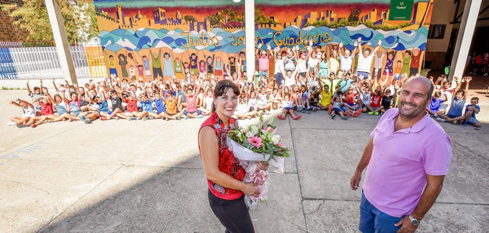 Un colegio reunido en un mural