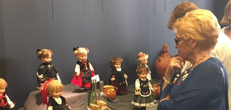 Muñecas vestidas con folclore