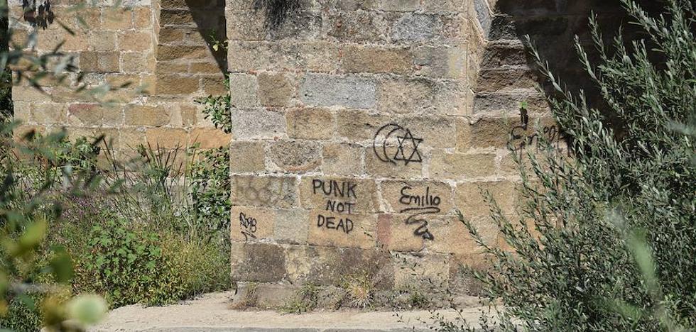 Pintadas y destrozos en el Puente Nuevo