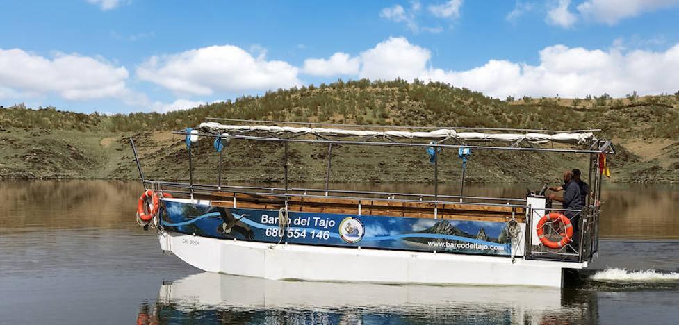El nuevo barco que navegará por Monfragüe ya está en el Tajo