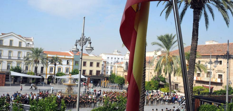 Acto militar en la Plaza de España emeritense