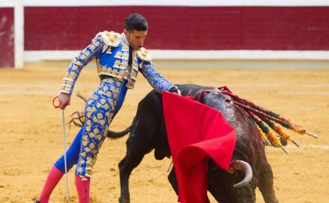 Dos orejas para Talavante y una para Roca Rey con insulsos 'jandillas' en Logroño