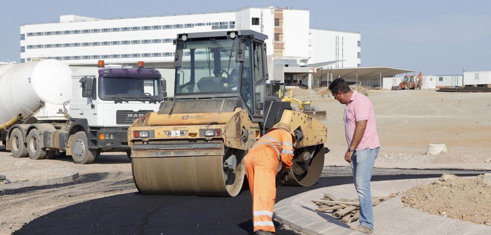 El asfaltado del nuevo hospital de Cáceres arranca para terminar la obra