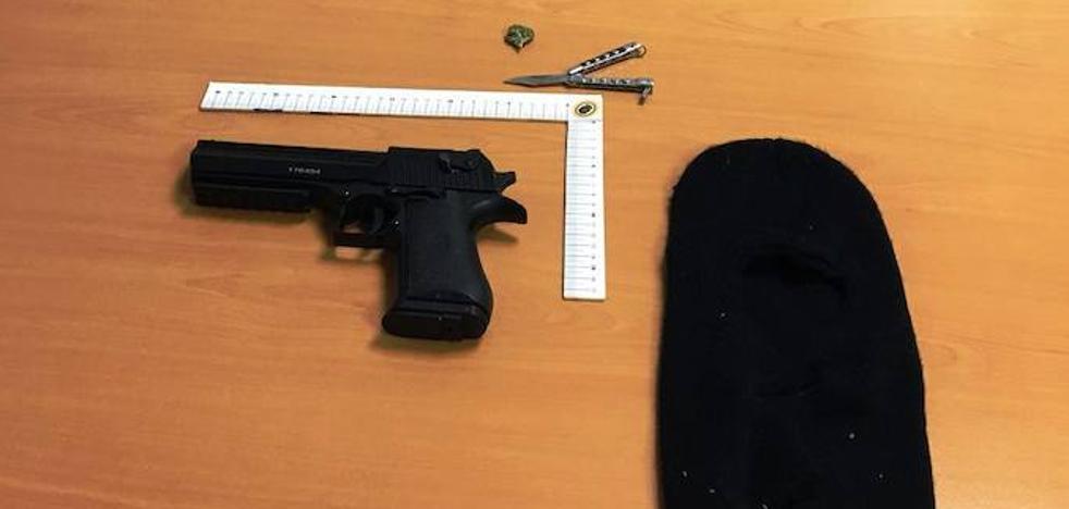 Denunciado en Navalmoral por disparar con una pistola simulada ocultando su rostro