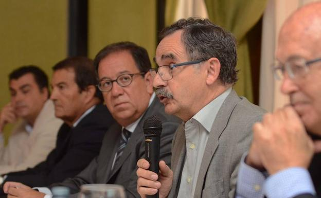 Técnicos durante la mesa redonda celebrada ayer en Badajoz. ::