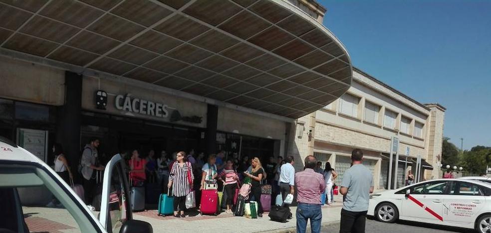 La rotura de metro y medio de vía corta el trayecto ferroviario entre Cáceres y Mérida seis horas