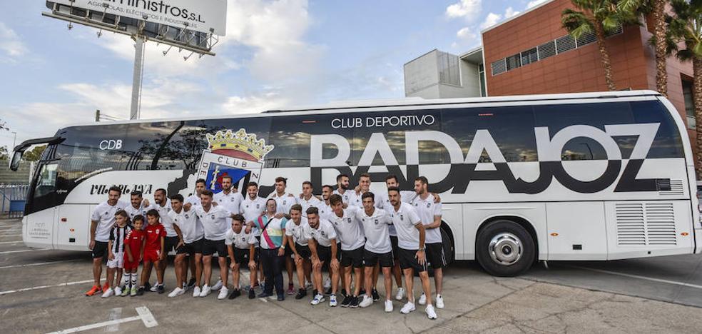 El Badajoz presenta su nuevo autobús