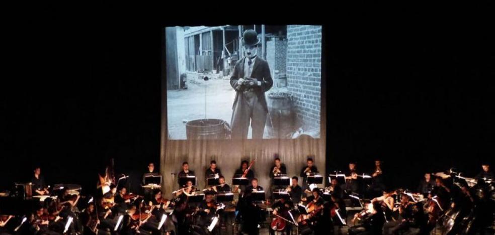 La Oex interpreta, dirigida por Roman Gottwald, el film 'Luces de Ciudad' en Badajoz y Cáceres