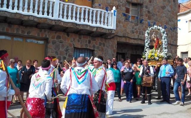 Primera salida de los danzantes en procesión