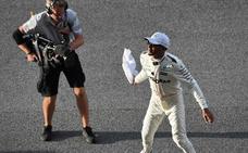 Hamilton logra la pole en Malasia, Vettel saldrá último