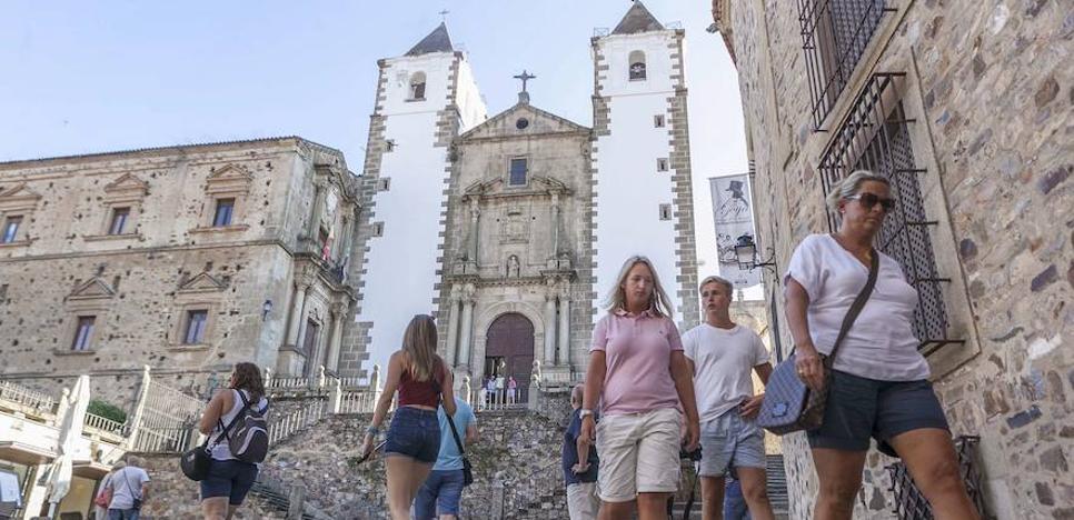 Pictogramas y códigos QR en los carteles turísticos de Cáceres