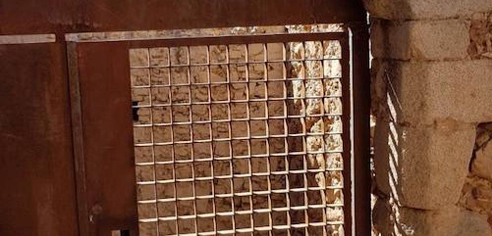 El acceso entre La Galera y la Alcazaba permanece cerrado