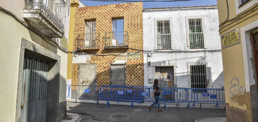 Cortan la calle Concepción Arenal de Badajoz por el riesgo de derrumbe de una casa