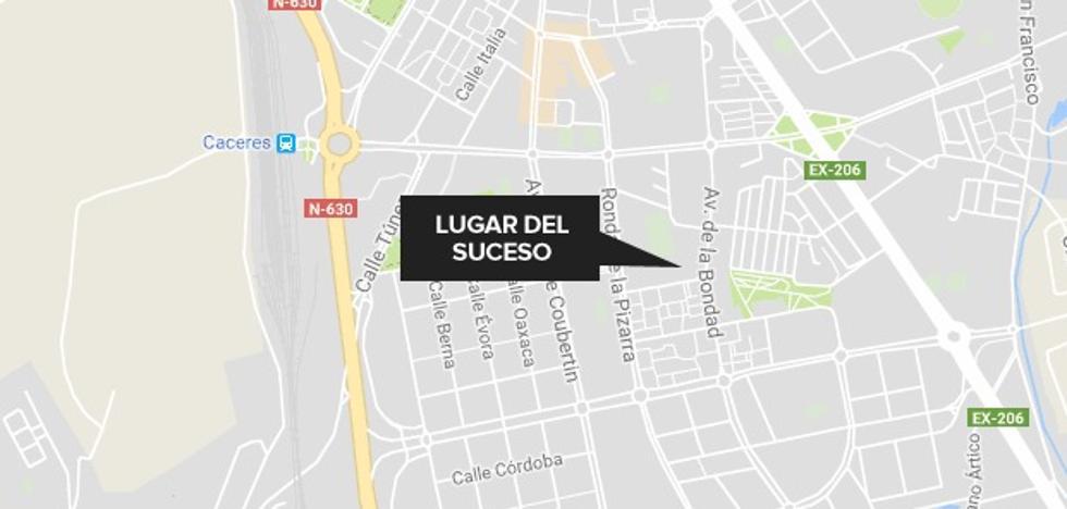Una mujer, herida tras la colisión de una moto y un turismo en Cáceres