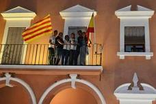 La bandera catalana luce en el Ayuntamiento de Villanueva del Fresno