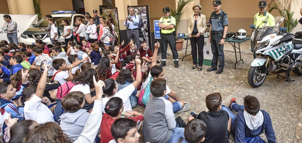 Unos 400 alumnos de Badajoz asisten a la jornada por la patrona de la Guardia Civil