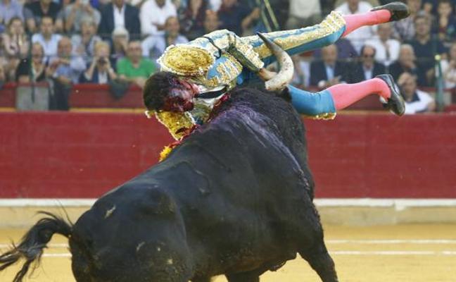 Cayetano Rivera, grave tras sufrir una cornada en la Feria del Pilar de Zaragoza