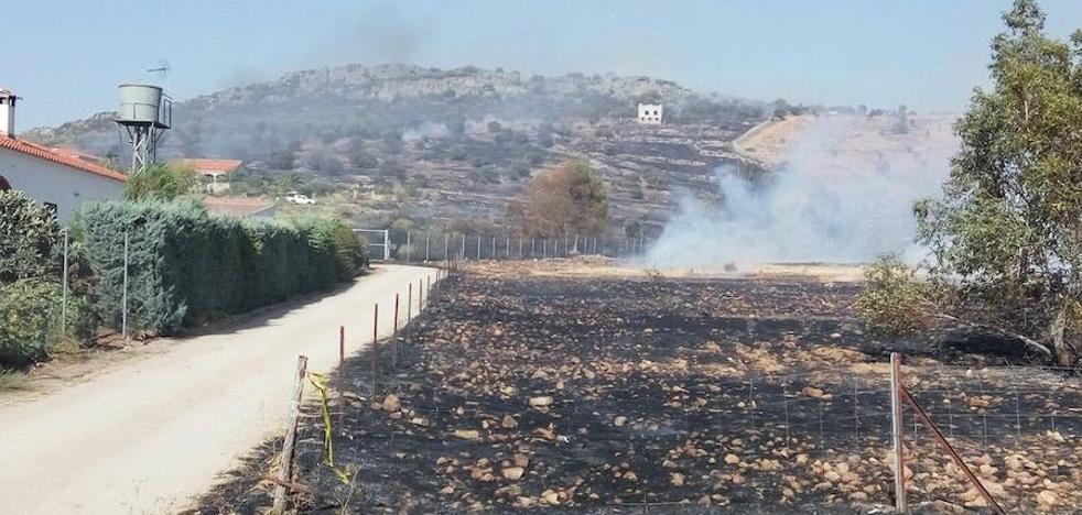 El Infoex controla el incendio de Magacela y desactiva el nivel 1 de peligrosidad
