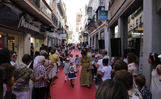 'Zafra Desfila' estrena la calle Sevilla como alfombra roja tras sus obras