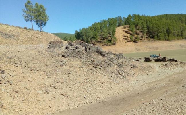 La escasez de agua del Gabriel y Galán deja al descubierto la alquería de Arrofranco