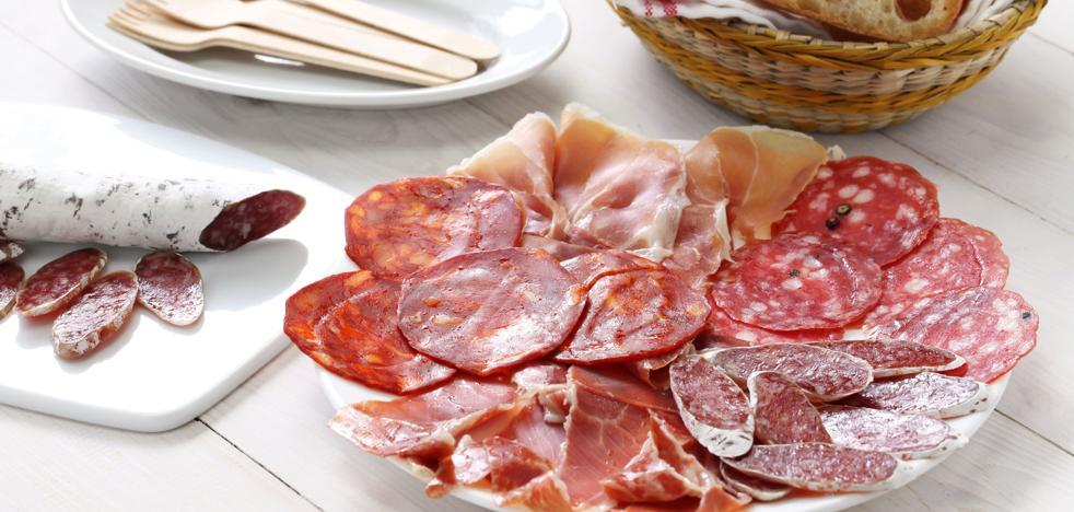 El fuet, el chorizo y las salchichas, los productos cárnicos cocidos que más aditivos contienen