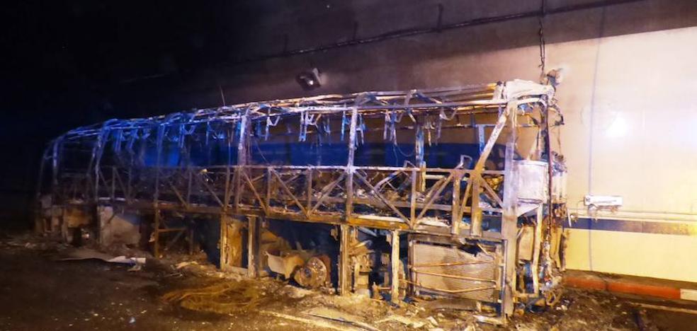 Un incendio en un autobús obliga a cortar la circulación en el túnel de Miravete