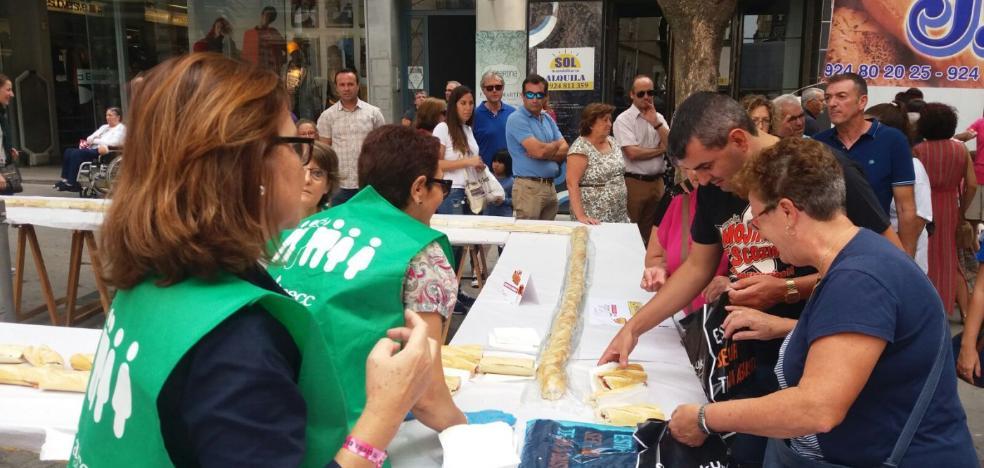 El comercio de Don Benito sale a la calle con un gran bocadillo solidario para colaborar con la AECC