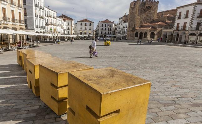 Las creadoras de las letras de la Plaza Mayor de Cáceres alertan al Consorcio de la suciedad que acumulan