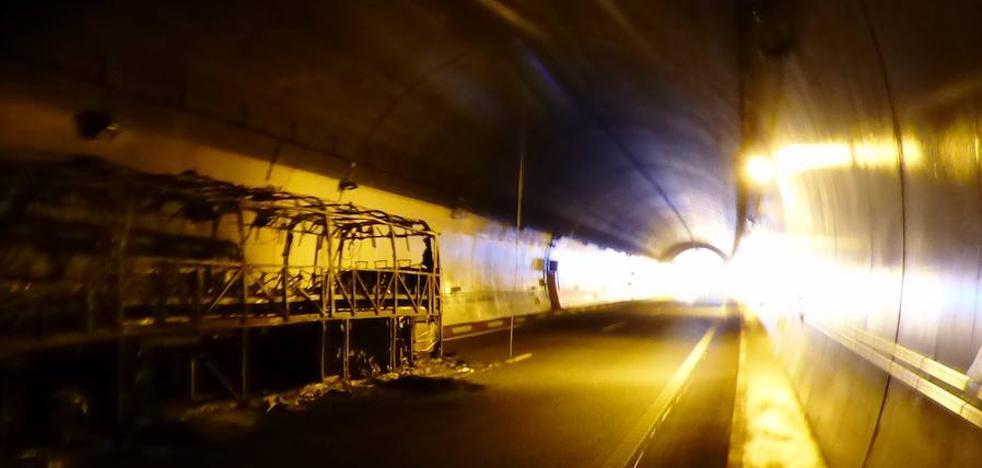 Dos carriles del túnel de Miravete continúan cerrados al tráfico tras el incendio de un autobús el sábado