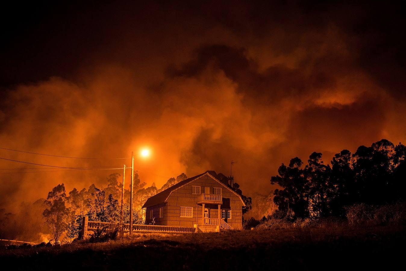 Tres muertos y un centenar de incendios activos en Galicia, 15 de ellos fuera de control