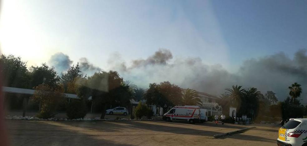 Un incendio calcina un salón de celebraciones en Almendralejo