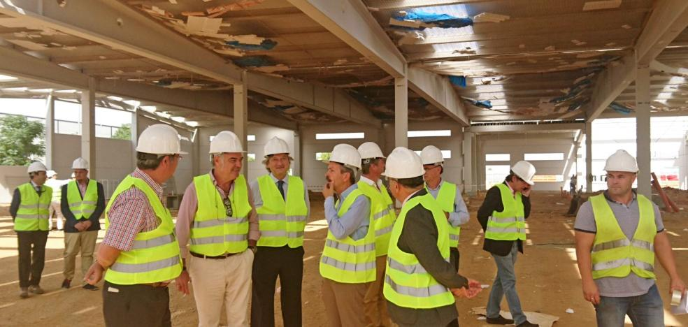 Navarro visita las obras de la fábrica Iberitos en Don Benito