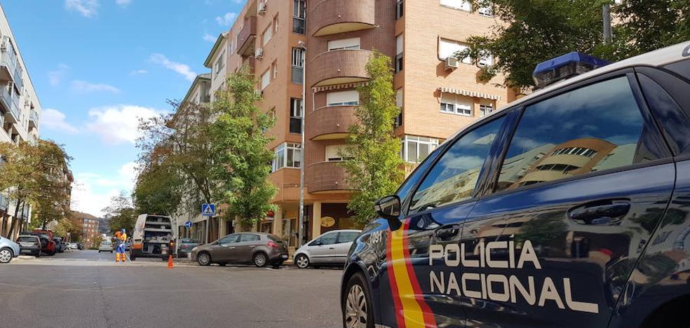 Una mujer ataca a su marido con un cúter y se arroja por el balcón en Cáceres