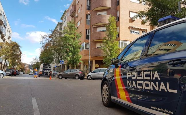 La mujer que cayó por el balcón tras herir a su marido en Cáceres, en estado grave