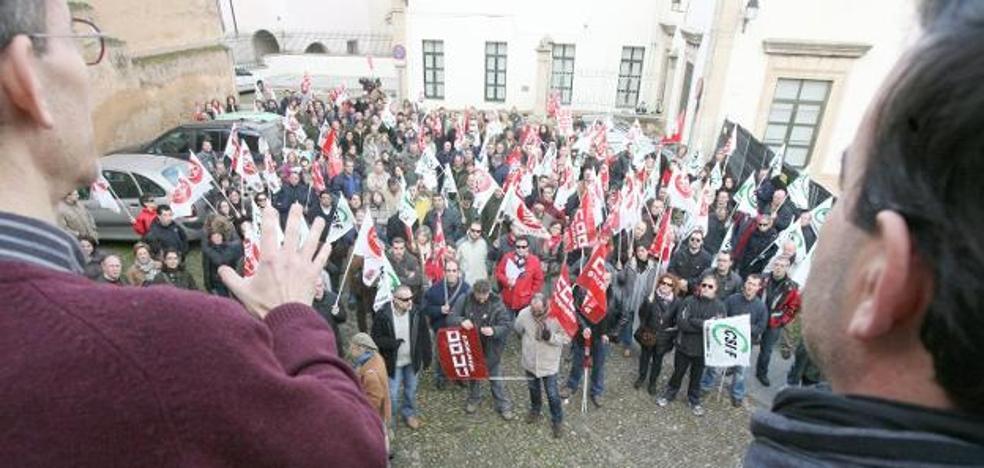 El PSOE y Cáceres Tú acusan al PP de «engañar» en la revisión salarial de los empleados municipales