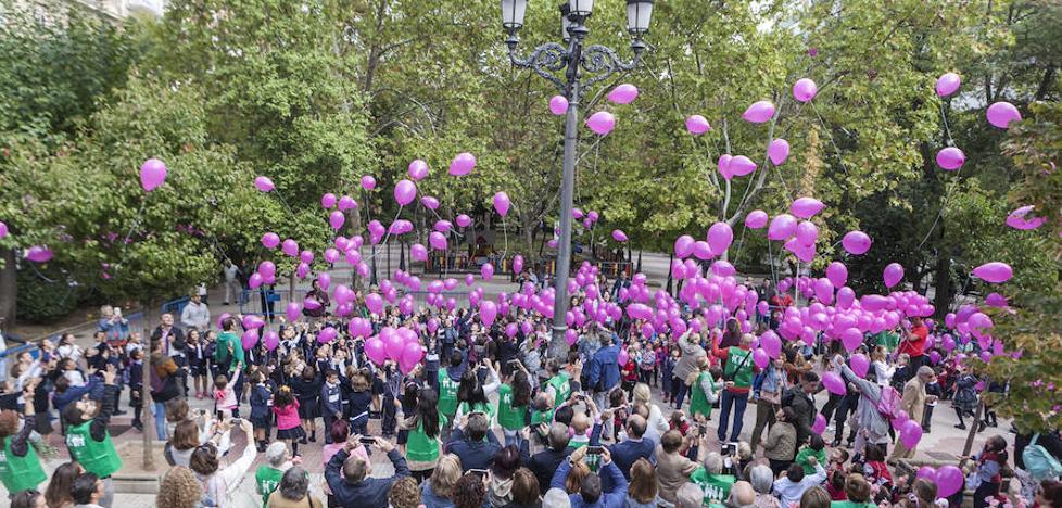 400 escolares de Cáceres sueltan globos rosas en el Día Mundial Contra el Cáncer de Mama