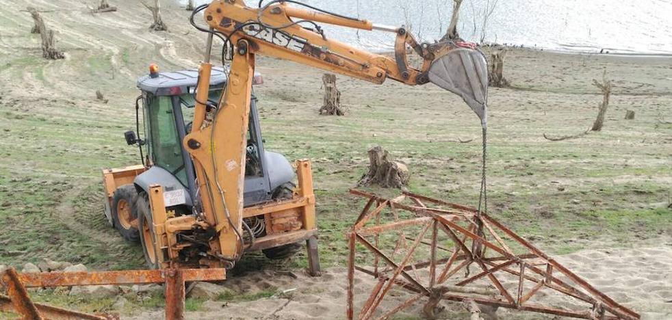 La sequía facilita la retirada de torres de alta tensión en el embalse de Baños