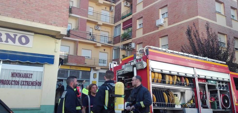 Una herida leve y dos policías intoxicados en un incendio de una vivienda en Almendralejo