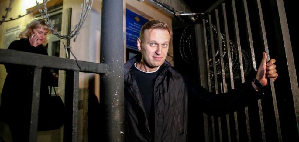 El líder opositor ruso Navalny sale en libertad tras 20 días de arresto
