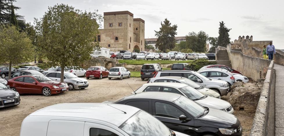 Los usuarios rechazan que se elimine o restrinja el aparcamiento en la Alcazaba