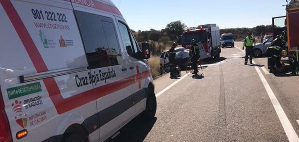 Tres personas heridas tras un choque entre dos vehículos en la Ex-346, en el cruce de Magacela