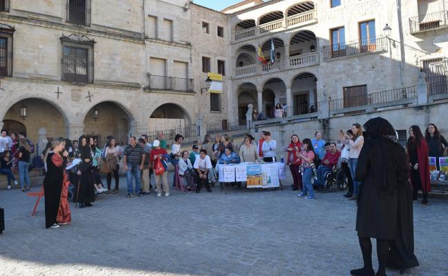Aspace saca los libros a la plaza Mayor de Trujillo con su trueque solidario