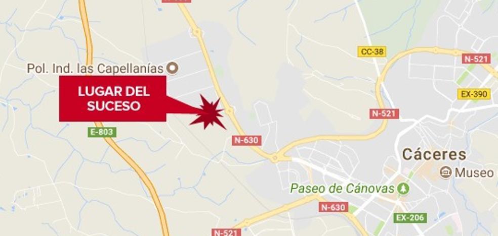 Herido tras caerse de la cabina de un camión en Cáceres