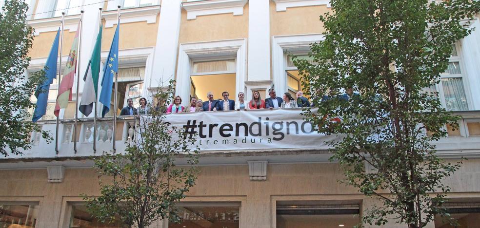 La Diputación despliega una pancarta para reclamar un tren digno