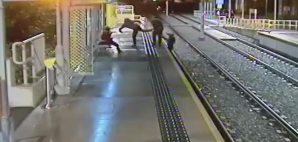 Arrojan a un hombre a las vías
