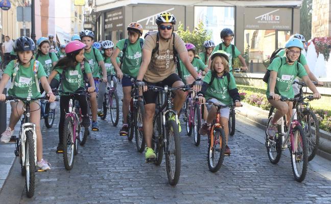 Casi 900 escolares recorren en bici la ciudad